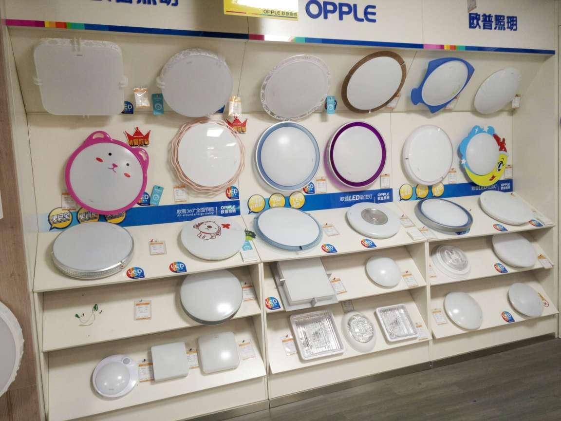 欧普照明始于1996年,是一家集研发、生产和销售于一体的综合型照明企业。历经18年的发展,公司现有员工6000多人,拥有上海总部及中山工业园、吴江工业园等多个生产基地;公司产品涵盖LED及传统光源、灯具、电工电器、吊顶产品等领域。作为中国照明行业标杆的整体照明解决方案提供者,欧普照明不仅致力于研究光的合理运用,提供贴心产品,还为消费者提供差异化整体照明解决方案等专业的配套服务,全面提升用户体验。针对不同场合,欧普提供的照明方案能满足人在不同时间、不同空间生理需求和心理需求的灯光。